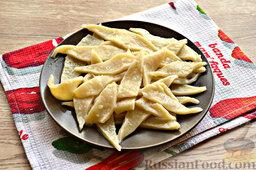 Бешбармак из свинины со слоеным тестом: На блюдо выложите кусочки сваренного теста.
