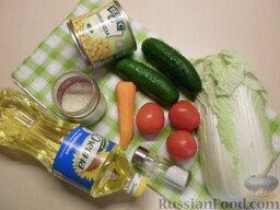 Овощной салат с кукурузой: Подготовить продукты овощного салата с кукурузой. Промыть овощи под холодной проточной водой. Дать лишней воде стечь.