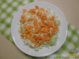 Овощной салат с кукурузой: Очищенную морковь разрезать вдоль на две части, нарезать полукружочками.