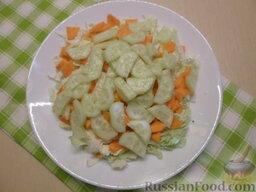 Овощной салат с кукурузой: Очистить огурцы от кожуры. Нарезать так же, как и морковь.