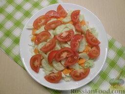 Овощной салат с кукурузой: Вымытые помидоры нарезать дольками.  Все ингредиенты смешать.