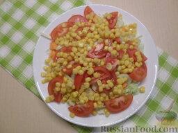 Овощной салат с кукурузой: Слить жидкость с консервированной кукурузы и добавить в салат.   Овощной салат с кукурузой заправить подсолнечным либо оливковым маслом. Посолить.