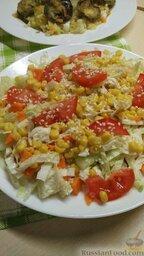 Овощной салат с кукурузой: Перед подачей овощной салат с кукурузой можно посыпать кунжутом.  Приятного аппетита!