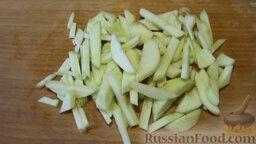 Салат из капусты, с яблоками и сельдереем: Яблоко, очищенное от кожуры, нарезаем брусочками (кубиками). Поливаем лимонным соком.