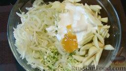Салат из капусты, с яблоками и сельдереем: Соединим в салатнике капусту, сельдерей и яблоко.   Добавим натуральный йогурт и жидкий мед. Перемешаем салат из капусты с яблоком и сельдереем, охладим 10 минут.
