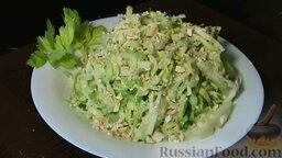Салат из капусты, с яблоками и сельдереем: Перед подачей салат из капусты с яблоком и сельдереем посыпаем измельченными орехами.  ПРИЯТНОГО АППЕТИТА!