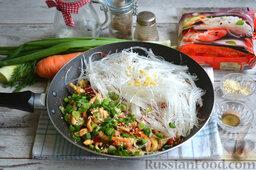 Фунчоза с курицей и овощами: В сковороду добавляем зеленый лук, имбирь, кунжутные семена и готовую лапшу, солим, интенсивно перемешиваем и обжариваем еще несколько минут.