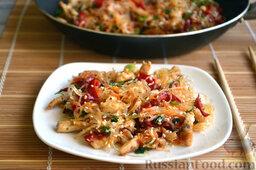 Фунчоза с курицей и овощами: Фунчозу с курицей и овощами сразу подаем к столу в теплом виде, посыпаем мелким укропом.