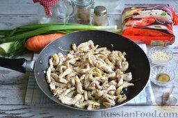 Фунчоза с курицей и овощами: В сковороду добавляем заправленные солью и перцем кусочки куриного филе. Обжариваем мясо до легкой корочки.