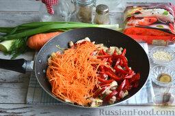 Фунчоза с курицей и овощами: К мясу добавляем морковь и сладкий перец. Обжариваем на протяжении 15 минут.