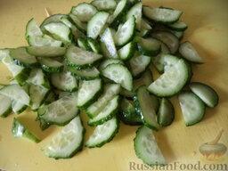 Легкий овощной салат с сыром тофу: Огурцы вымыть, нарезать полукольцами.