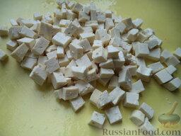 Легкий овощной салат с сыром тофу: Сыр тофу нарезать кубиками.