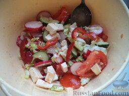 Легкий овощной салат с сыром тофу: Сделать заправку. Для этого смешать оливковое масло, соевый соус, лимонный сок, перец, паприку. Овощной салат с тофу полить соусом, перемешать и сразу подавать.