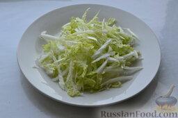 Салат из пекинской капусты, со свежим огурцом и кукурузой: Как приготовить салат из пекинской капусты с огурцом и кукурузой:    Вымываем пекинскую капусту, а затем нарезаем её соломкой.