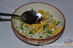 Салат из пекинской капусты, со свежим огурцом и кукурузой: Добавляем в салат соль, перец и масло с соком лимона. Перемешиваем салат.   (Не в пост масло с лимоном можно заменить майонезом.)
