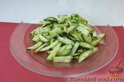 Салат из пекинской капусты, со свежим огурцом и кукурузой: Свежий огурец вымываем, нарезаем тоже соломкой, отправляем его в миску к нарезанной капусте.