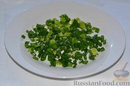 Салат из пекинской капусты, со свежим огурцом и кукурузой: Нарезаем лук, добавляем его в салат.