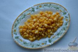 Салат из пекинской капусты, со свежим огурцом и кукурузой: Консервированную кукурузу достаём из банки так, чтобы стекла лишняя жидкость.