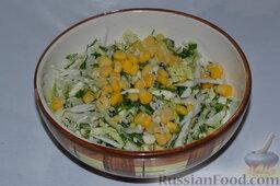 Салат из пекинской капусты, со свежим огурцом и кукурузой: Добавляем кукурузу в салат.
