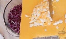 Салат из краснокочанной капусты: Отправить яйца в миску с капустой.
