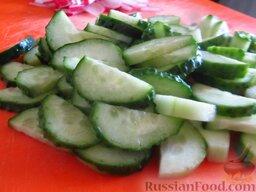 Овощной салат со свежими шампиньонами: Как приготовить овощной салат со свежими шампиньонами:    Огурчики порежьте полукружиями.