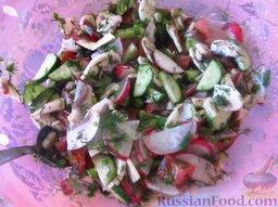 Овощной салат со свежими шампиньонами: Смешайте все овощи, грибы и зелень в миске, посолите, поперчите, полейте овощной салат со свежими шампиньонами лимонным соком, перемешайте.