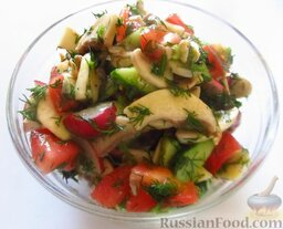 Овощной салат со свежими шампиньонами: Овощной салат со свежими шампиньонами готов. Приятного аппетита!