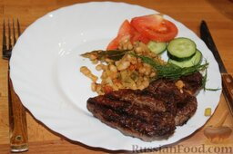 Свинина на гриле, с белой фасолью: Выложить фасоль и мясо на большое блюдо, украсить все свежими овощами.