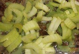 Свинина на гриле, с белой фасолью: В это время можно заняться приготовлением фасоли в казане.  Порезать сельдерей некрупными кусками и бросить в разогретое в казане оливковое масло.
