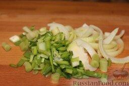 Свинина на гриле, с белой фасолью: Порезать луковицу полукольцами и мелко нарезать зеленый лук. Бросить в казан с обжаренным сельдереем и тоже слегка потушить.