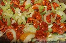 Свинина на гриле, с белой фасолью: Помидоры также бросить в казан с овощами и тушить 5 минут.