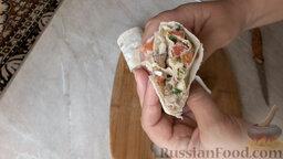 Рулет из лаваша, с сардиной и овощами: Теперь нарезаем рулет из лаваша с сардиной на порционные куски.   Если вы хотите, чтобы рулет был с хрустящей корочкой, то можно его поджарить на растительном масле.