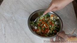 Рулет из лаваша, с сардиной и овощами: Смешиваем нарезанные ингредиенты. Хорошо перемешиваем начинку.
