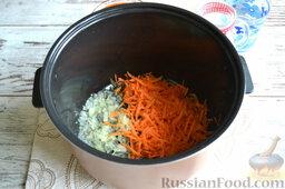 Ленивые голубцы (в мультиварке): Теперь обжарим овощи в мультиварке. Общее время приготовления в режиме «Жарка» - 20 минут. Выставляем время приготовления сразу перед началом обжаривания овощей. Пассеруем лук на масле в режиме «Жарка» 3 минуты. Затем добавляем морковь и жарим еще 5 минут.