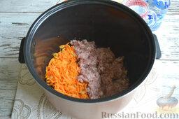 Ленивые голубцы (в мультиварке): К слегка обжаренным овощам добавляем заправленный солью и перцем фарш. Обжариваем все около 2 минут.