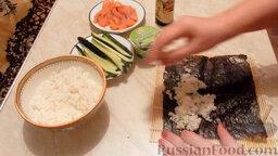 Роллы с огурцом и форелью: Как приготовить роллы с огурцом и форелью:    Лист нори поместить на циновку глянцевой стороной вниз. Сверху руками равномерно распределить рис.