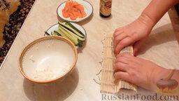 Роллы с огурцом и форелью: Старайтесь плотно заворачивать, слегка прижимая бамбуковый коврик.