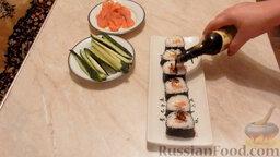 Роллы с огурцом и форелью: Сверху роллы с огурцом и форелью полить соевым соусом. Роллы с красной рыбой и огурцом готовы!