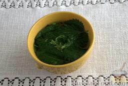 """Окрошка """"Легкая"""" на лимонной воде: Заливаем крутым кипятком листья крапивы и одуванчика. Так мы сможем удалить из них лишнюю горечь."""