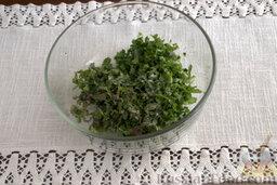 """Окрошка """"Легкая"""" на лимонной воде: Шинкуем остальную зелень острым ножом, вводим в общую массу.   Извлекаем одуванчики и крапиву из воды. Отжимаем и нарезаем небольшими кусочками, добавляем к заготовке для окрошки. Затем добавляем соль."""