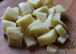 Лагман из говядины: Нарезать очищенный картофель тоже достаточно крупно.