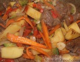 Лагман из говядины: Затем добавить остальные овощи, обжарить 10 минут. Добавить узбекские приправы для мяса и долить в казан бульон.