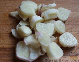 Лагман из говядины: Тушить говядину с овощами 50 минут, за 5 минут до готовности бросить нарезанный чеснок.
