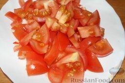 Лагман из говядины: Нарезать помидоры.