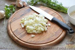 Сырный суп (в мультиварке): Мелко порежем луковицу.