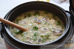 Сырный суп (в мультиварке): Через 10 минут проверим рис на готовность. Если результат нас удовлетворит, выключим нашу кухонную помощницу. Сырный суп в мультиварке готов. В процессе приготовления мы не добавляли соль, потому что плавленые сырки имеют достаточную степень солёности. Но если вы любите очень солёные блюда, то посолить суп следует примерно на 35 минуте программы.