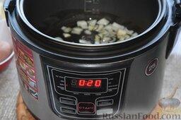Сырный суп (в мультиварке): В чашу мультиварки зальём растительное масло. Выложим измельчённый лук. На панели управления установим время 20 минут, и запустим программу «Жарка».