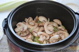 Сырный суп (в мультиварке): На 10 минуте добавим их к продуктам, перемешаем и обжарим всё вместе до финального сигнала.