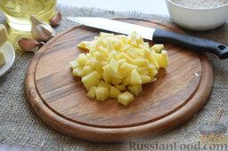 Сырный суп (в мультиварке): Картофель порежем кубиками.