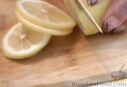 Красноглазка, фаршированная овощами (в мультиварке): Нарезать лимон тонкими кружочками.